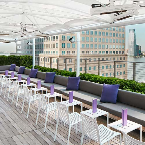 With a captivating view and chic décor, Loopy Doopy Rooftop Bar is a seasonal attraction offering stunning views of Lower Manhattan.